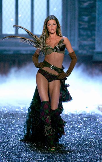 מדבקות לא יעשו כזה אפקט. ג'יזל בונדשן בתצוגת אופנה של ויקטוריה'ס סיקרט (צילום: gettyimages)