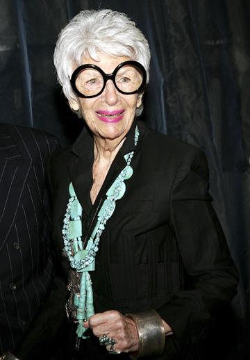 המשקפיים העגולים הפכו לסימן ההיכר שלה (צילום: GettyImages)