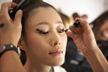 מאחורי הקלעים של תצוגת האופנה של ויוויאן טאם, שנערכה בחסות מייבלין (צילום: gettyimages)