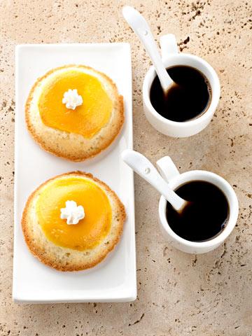 עוגות מנגו ושקדים הפוכות (צילום: גלעד וגיא צלמים, סגנון: דריה קרגולה)