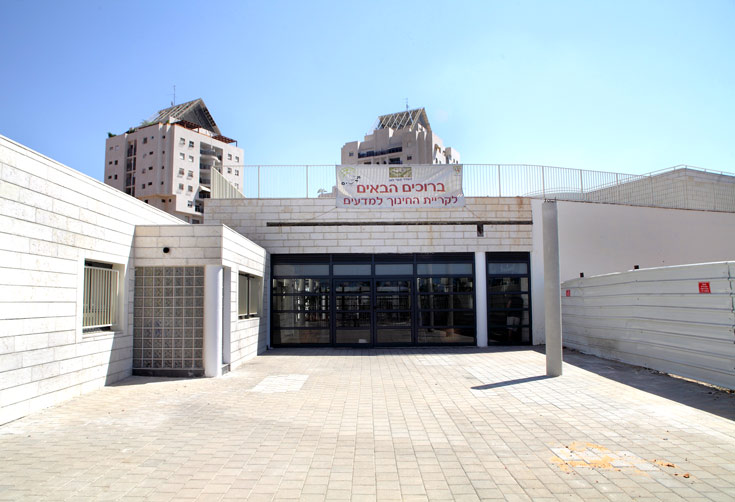 העבודות על הספרייה שבמרכז בית הספר טרם הושלמו. היא צפויה להיחנך בעוד כמה חודשים (צילום: אמית הרמן)