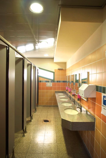השקעה עיצובית גם בחדרים פחות פופולריים: השירותים בבית הספר יצחק שמיר (צילום: משה כהן )