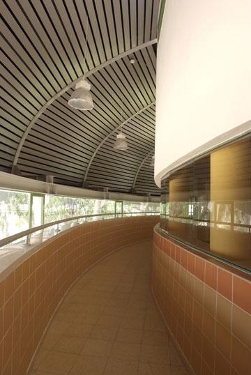 בית ספר ''יצחק שמיר'' בחולון, בתכנונו של נופר (צילום: משה כהן )