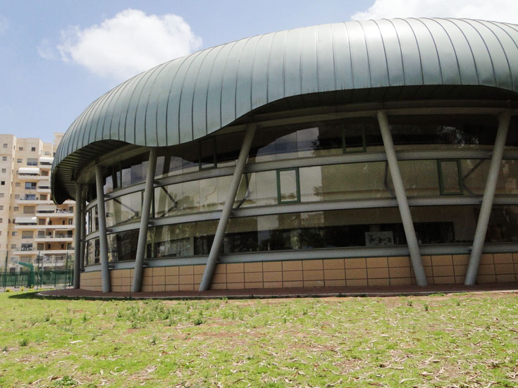 בית הספר ''השקוף'' ע''ש יצחק שמיר בחולון, חלק מקומפלקס שעדיין נבנה (צילום: משה כהן )