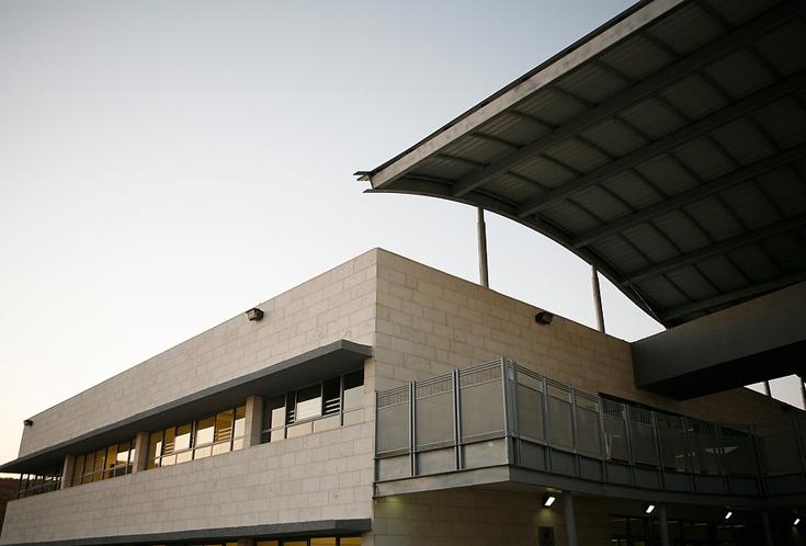 התיכון החדש במודיעין, בתכנונו של דוד נופר. ניסיון לייצר שדרה עירונית, בתוך עיר שאיננה עיר (צילום: ניקיטה פבלוב )