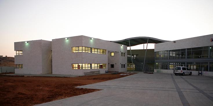 הכניסה לבית הספר החדש במודיעין: שילוב של בית ספר עם מבנה ציבור המשרת את הסביבה (צילום: ניקיטה פבלוב )