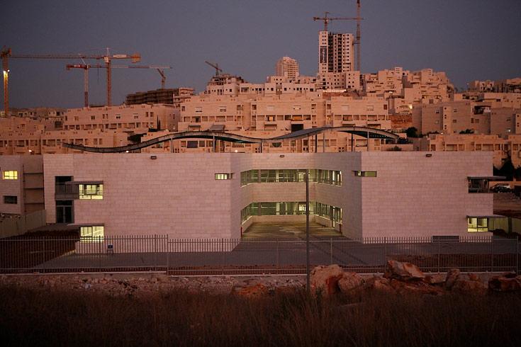 אגף כיתות טיפוסי בבית הספר החדש על רקע בתי מודיעין: חצר פרטית לכל אגף (צילום: ניקיטה פבלוב )