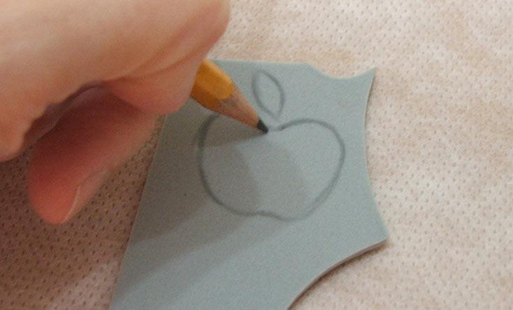 מציירים את קווי המתאר של הציור שרוצים, אפשר לצייר ביד חופשית ישירות על הסול, או להדפיס מהמחשב ולהעתיק בעזרת נייר קופי (צילום: עדיה ברקוביץ')