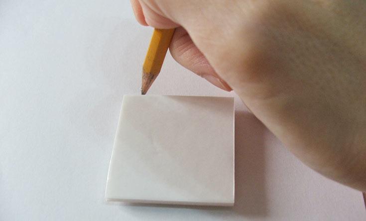 החתימודף לבן בעזרת החותמת, והשאירו אותה כפי שהיא (יש להחזיק אותה במקומה). עברו בעיפרון סביב שולי הקפה ליצירת מסגרת (צילום: עדיה ברקוביץ')