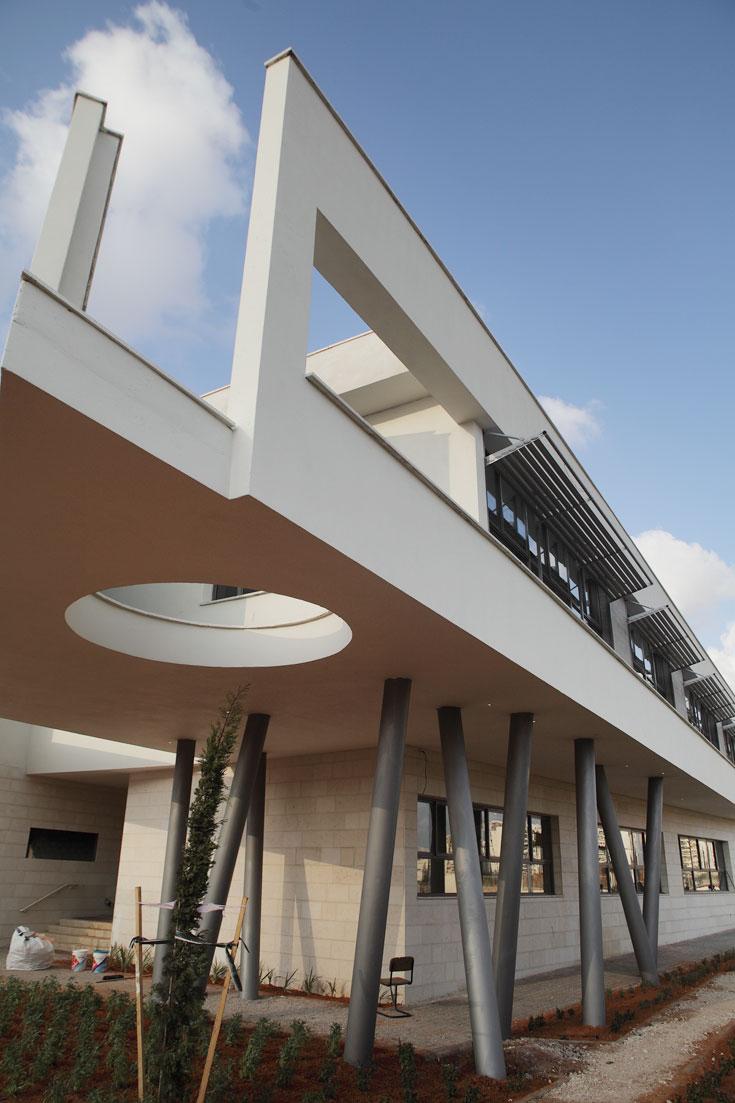 בהשפעת הקולג' של וויל אלסופ, בית הספר הירוק מרחף. האדריכלית מסבירה שזו לא רק אסתטיקה אלא גם שימושיות (צילום: אמית הרמן)