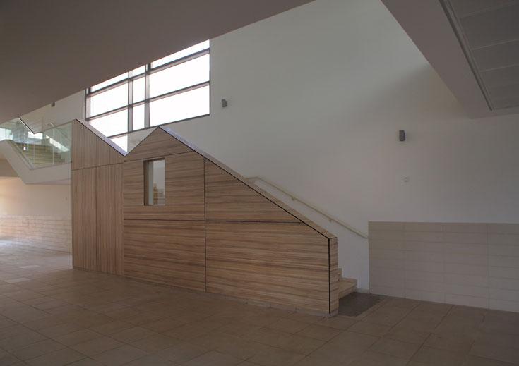 המסדרון פתוח ומואר, בקשרי מבט ונגישות לגגות הירוקים ולחצרות הפנימיות (צילום: אמית הרמן)