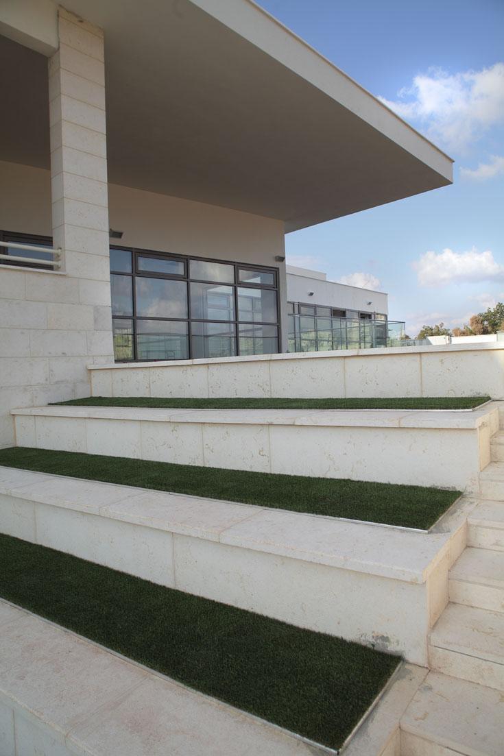 בית הספר ''מחבק'' 3 חצרות פנימיות, כדי שהתלמידים יחוו את השטחים הירוקים בדרכים שונות (צילום: אמית הרמן)