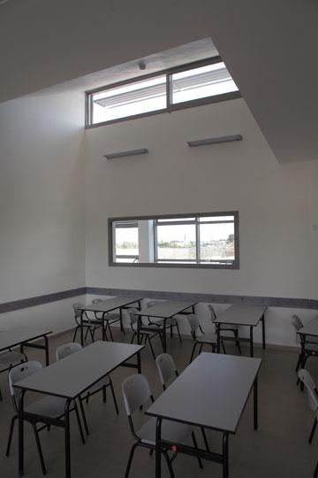 כיתה בבית הספר. חלונות כפולים לשיפור האוורור והתאורה הטבעית (צילום: אמית הרמן)