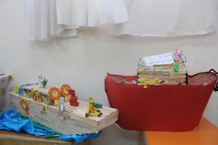 מקלות הארטיק שבונים את התיבה מדמים את קרשי העץ בהם השתמש נוח בעצמו (באדיבות אתר ''את זה'')