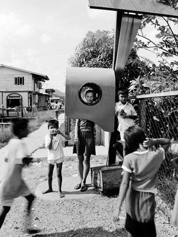 קייט מוס בהפקת האופנה Borneo  מ-1991 (צילום: Estate of Corinne Day, Courtesy of The Estate of Corinne Day and Gimpel Fils)