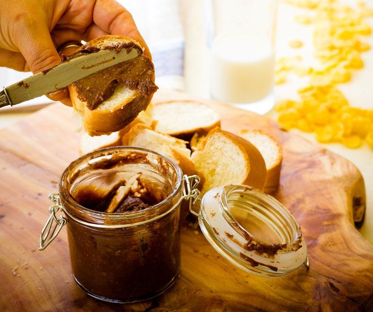 נשמר במקרר שבוע - אבל אין סיכוי שיישאר משהו עד אז. ממרח אגוזים ושוקולד (צילום: יוחי מנדיל)