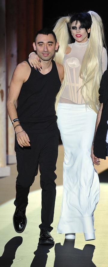ניקולא פורמיקטי עם ליידי גאגא בתצוגת אופנה של בית מוגלר (צילום: gettyimages)