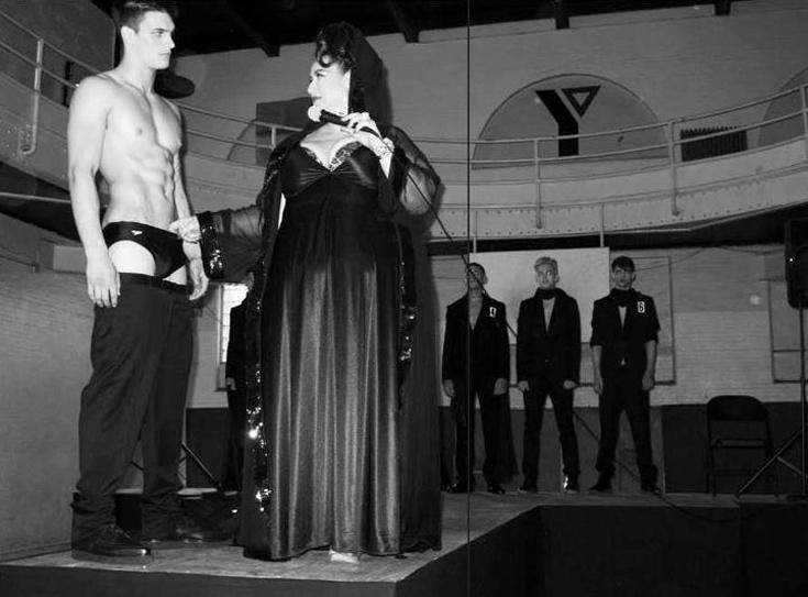 סטלה עמר בהפקת האופנה של VMAN. ''כל הלוק הוא מאוד סקסואלי וחזק''