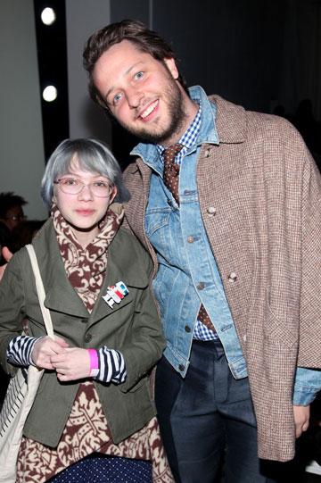 צבאית. עם עורך האופנה דרק בלסברג בתצוגת האופנה של הרווה לז'ה (צילום: gettyimages)