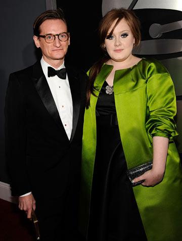 אדל עם המעיל הירקרק בעיצובה של ברברה טיפאנק ועורך ווג אירופה האמיש בולס (צילום: gettyimages)