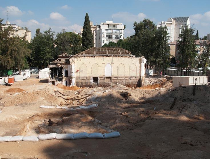 וכך נראות העבודות בשטח כעת. למרבה הצער, עצים עתיקים מימי המושבה הנושנים נכרתו במהלך החפירות (צילום: טל נסים)