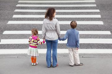תפקידו של ההורה ללמד מיומנויות, למשל - חציית כביש (צילום: shutterstock)