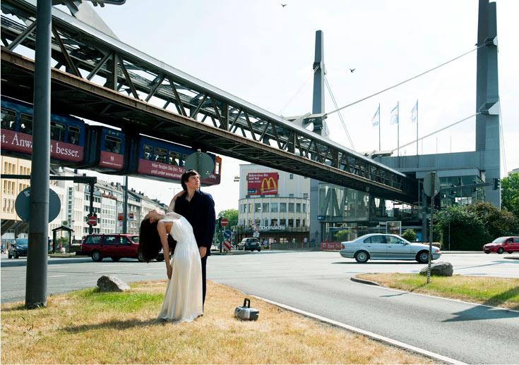 מעל זוג הרקדנים בצומת חולפת הרכבת המרחפת הראשונה בעולם. אפילו הרצל הזכיר אותה בספרו ''אלטנוילד'' (צילום: Donata Wenders)