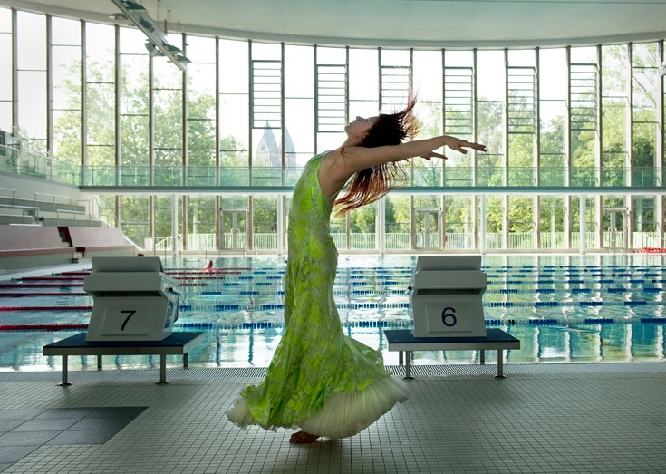 בריכת השחייה עם קיר הזכוכית הענקי הייתה פעם האופרה העירונית. מלחמת העולם השנייה גרמה לשינוי הייעוד (צילום: Donata Wenders)