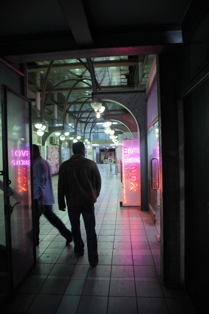 הפסאז' ירד מנכסיו במשך השנים: את קולנוע ''הוד'' וחנויות הספרים החליפו עסקים של תרבות קצת פחות גבוהה (צילום: אמית הרמן)