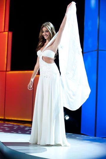 קים אדרי מציגה את השמלה הלאומית (צילום: אתר מיס יוניברס)