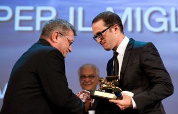 """""""הקולנוע חי ושלומו טוב"""". ארונופסקי מעניק את הפרס הגדול לאלכסנדר סוקורוב (צילום: gettyimages)"""