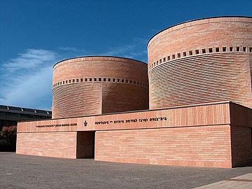 לחלקנו היא הזכירה את בית הכנסת באוניברסיטת ת''א, בתכנון מריו בוטה (צילום: מיכאל יעקובסון)