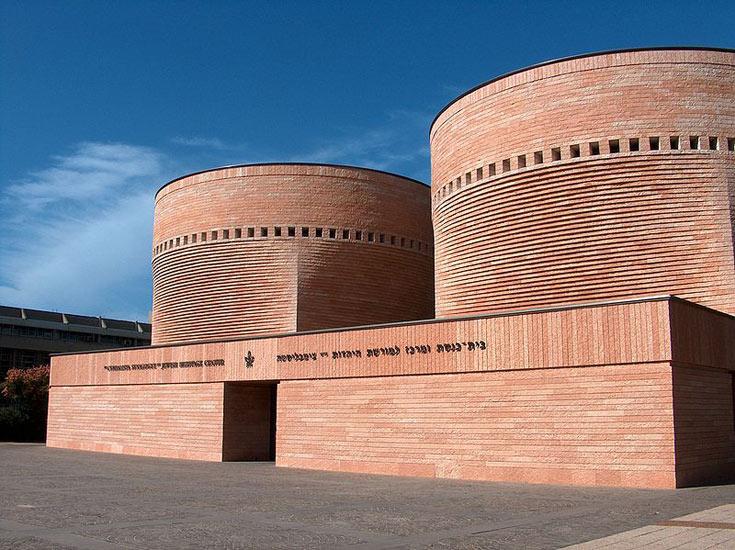 בית הכנסת באוניברסיטת תל אביב, בתכנונו של מריו בוטה. עד היום יש שחושבים שהוא שייך לבית הספר לרפואה (צילום: מיכאל יעקובסון)