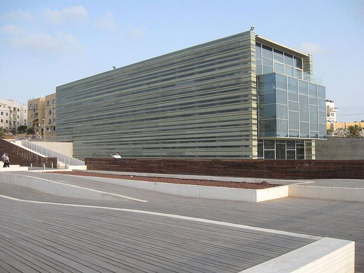 מרכז פרס לשלום, יפו. עם הפנים לים ועם הגב לתושבים של עג'מי, האדריכל פוקסס בנה חייזר (צילום: Ori, cc)
