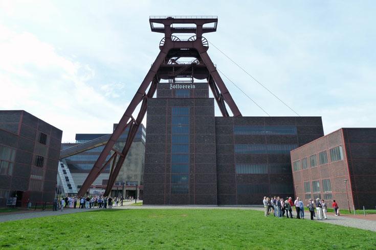 פריץ שופ ומרטין קרמר תיכננו את המבנה הנודע פיר 12, המפורסם ביותר בקמפוס המכרות. הצללית של מגדל הגלגלות הפכה ללוגו של הקומפלקס כולו (צילום: נטע אחיטוב)