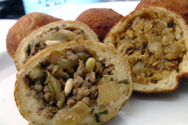סמבוסק מטוגן עם שני סוגי מילוי: חומוס ובשר (צילום: אסנת לסטר)
