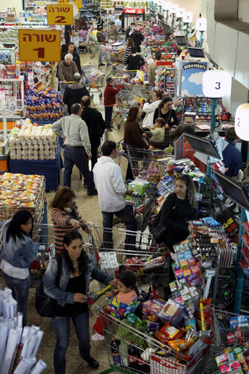 זכרו שאתם קונים לשבוע, לא לחודש. תור בסופרמרקט לפני פסח (צילום: עטא עוויסאת)