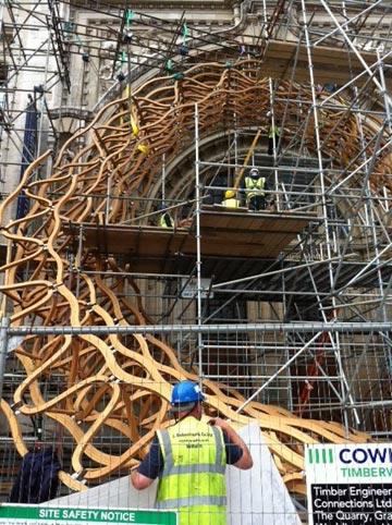 הקמת המיצב של אמנדה לויט, בכניסה למוזיאון (צילום: פזית אופנר-דינס)