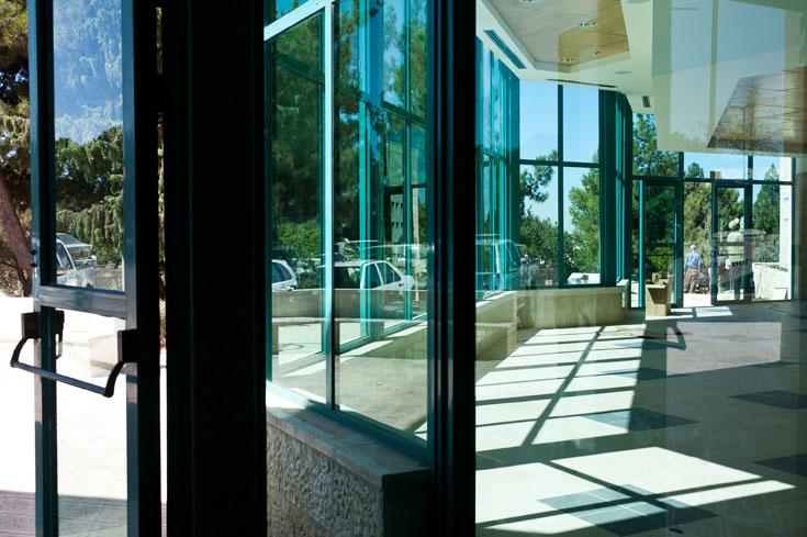 האדריכלים חיה ודוד ברסלבי כיבדו את שפתו של אבא אלחנני, שבנה את מבני הציבור הצמודים בשנות ה-80, וממשיכים את הנוקשות שאיפיינה אותם (צילום: אדוארד קפרוב)