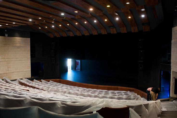 400 מושבים באולם הרב-תכליתי, שיוכל לשמש לקולנוע, להצגות תיאטרון, לקונצרטים ולהופעות אחרות (צילום: אדוארד קפרוב)