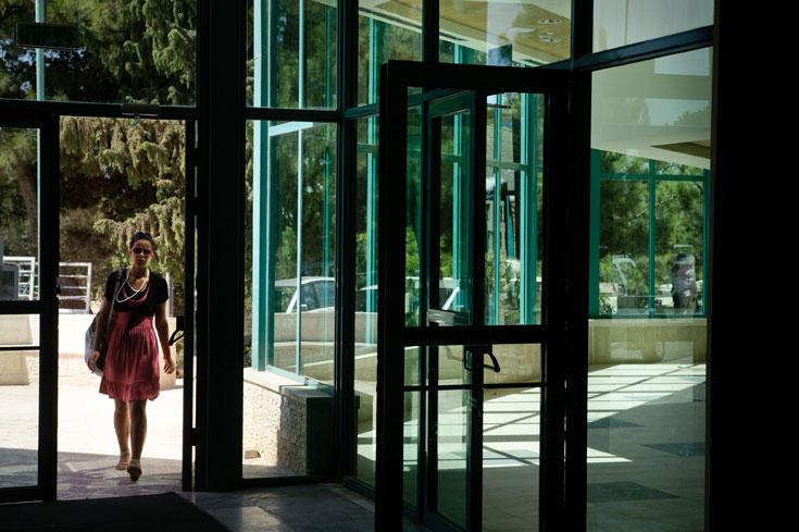 קיר הזכוכית בחזית הראשית אינו משדר שקיפות ופתיחות, אלא צבע כהה שאוטם את הפנים למתרחש בחוץ (צילום: אדוארד קפרוב)