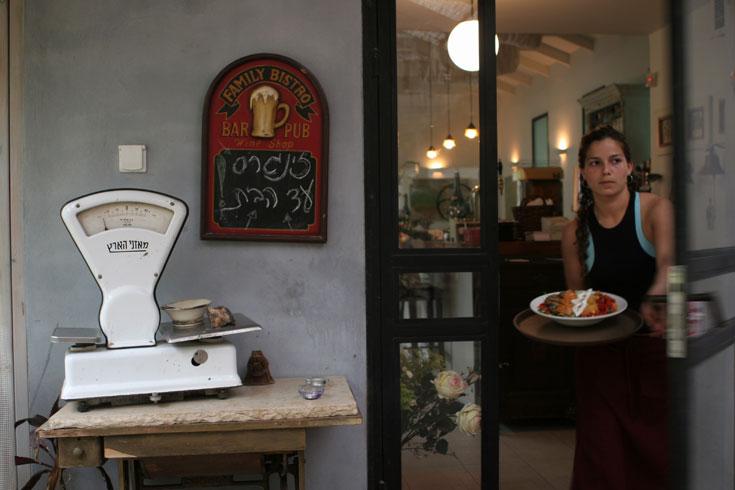 בית הקפה־מסעדה זינגר'ס בבורגתא. בשר טוב ליד פסליו של תומרקין (צילום: צביקה טישלר)