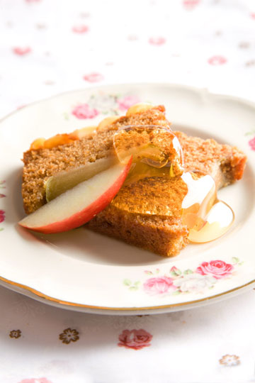 עוגה הפוכה של תפוח בדבש עם מרציפן  (צילום: דני לרנר, סגנון: חמוטל יעקובוביץ')