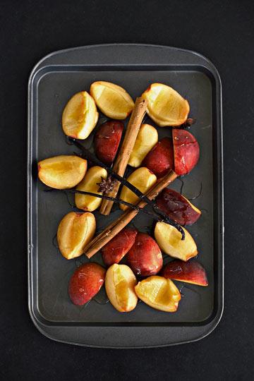 אפרסקים צלויים עם וניל ודבש (צילום: ליסה ברבר)