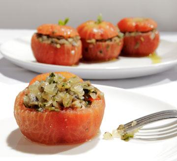 עגבניות במילוי בצל ופטרוזיליה (צילום: עמי סיאנו, סגנון: שניר שרוני)