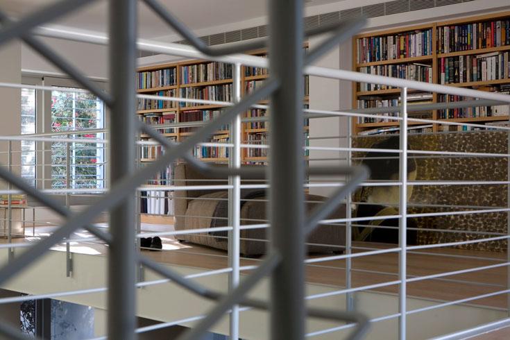 בקומת הגלריה הושלמה הספרייה, הוכנס שז-לונג והמעקה נצבע באפור בהיר במקום שחור, כחלק משינוי סקלת הצבעים של הבית (צילום: דן ברונפלד)