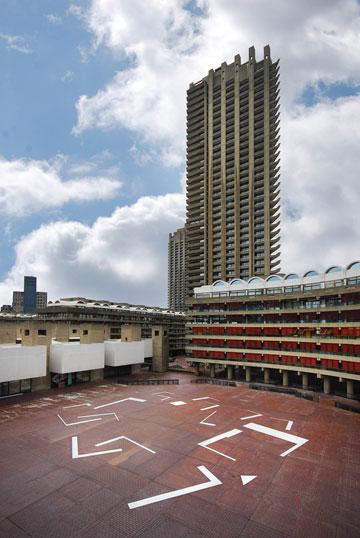 כאן מוצגת התערוכה שלו: ברביקן סנטר, לונדון (צילום: Lyndon Douglas)