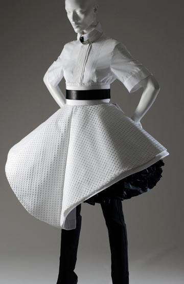 שמלה של בודיקה בתערוכה The Great Designers. מנציגי המעצבים הצעירים