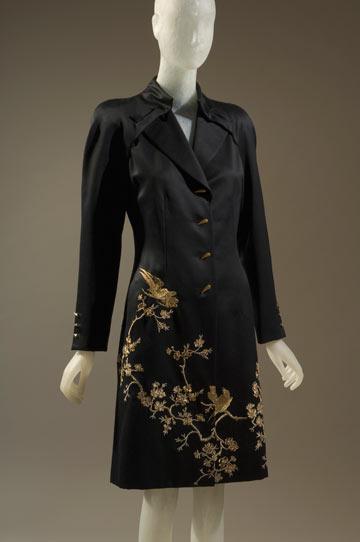 בגד שיצר אלכסנדר מקווין לז'יבנשי, מתוך התערוכה The Great Designers