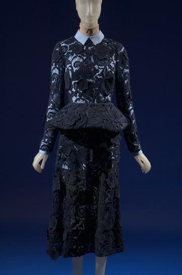שמלה של פראדה בתערוכה The Great Designers. חוויה לימודית